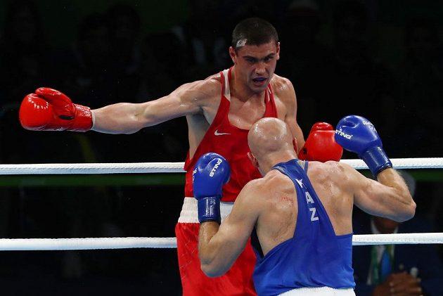 Ruský boxer Jevgenij Tiščenko (vzadu) vyhrál olympijský turnaj ve váze do 91 kg.