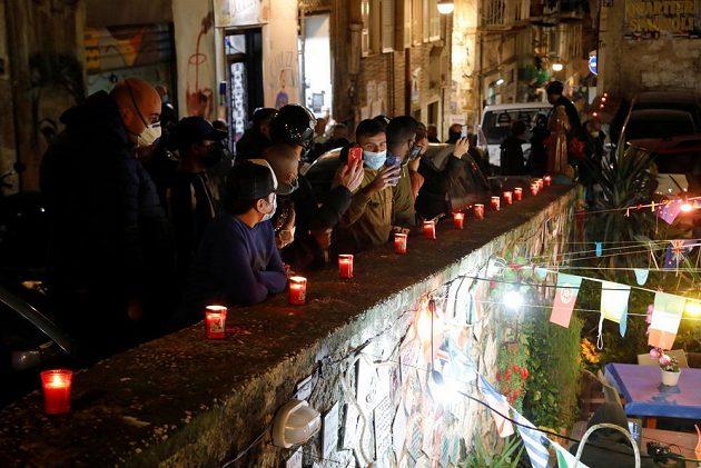 Smrt slavného argentinského fotbalisty Diega Maradony oplakává i italská Neapol. V jejím dresu chlapík s desítkou na zádech zářil a dovedl klub k senzačním úspěchům.