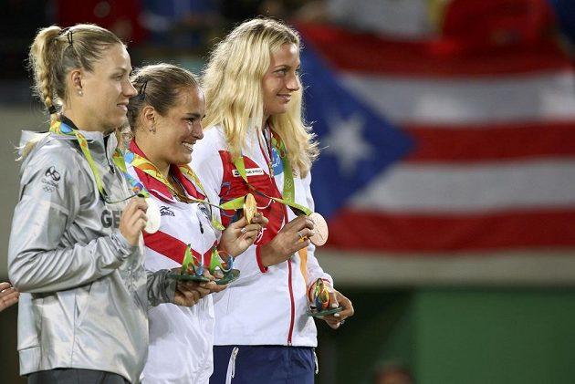 Tři nejlepší tenistky ženského olympijského turnaje. Vpravo Petra Kvitová s bronzem, vlevo druhá Angelique Kerberová z Německa a uprostřed vítězka Monica Puigová z Portorika.