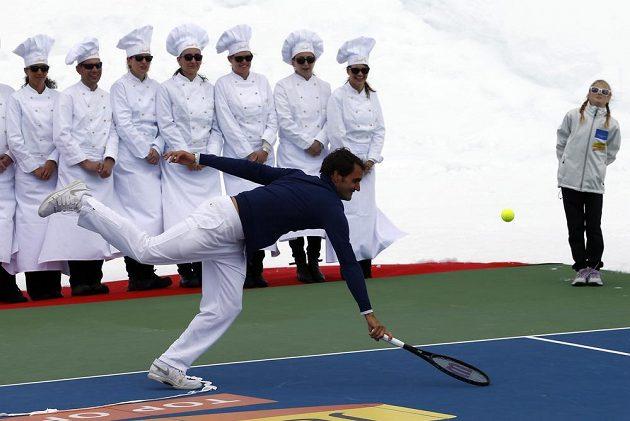 Švýcar Roger Federer během exhibičního duelu s americkou lyžařkou Lindsey Vonnovou na ledovci Aletsch.