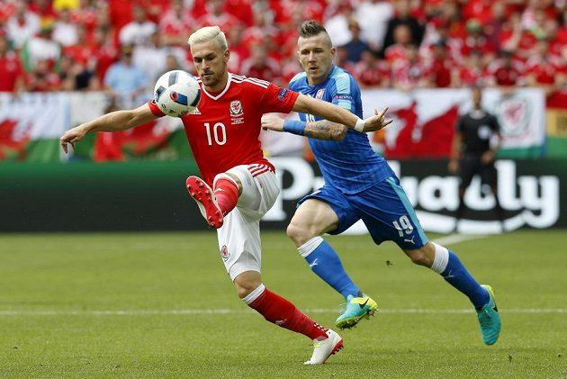 Velšan Aaron Ramsey uniká Juraji Kuckovi ze Slovenska.