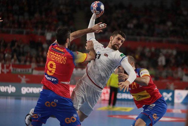 Český házenkář Ondřej Zdráhala během zápasu se Španělskem.