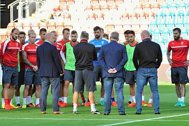 Vedení klubu promlouvá k hráčům, zády zleva Tomáš Paclík, trenér Roman Pivarník, František Mysliveček a Adolf Šádek na tréninku Viktorie Plzeň.