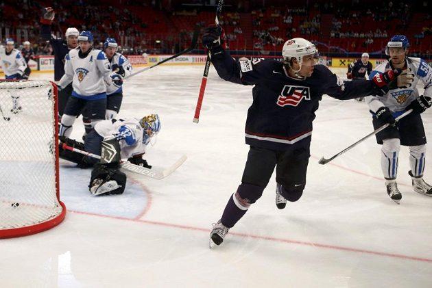 Americký útočník Craig Smith (uprostřed) se raduje ze vstřelení branky proti Finsku.