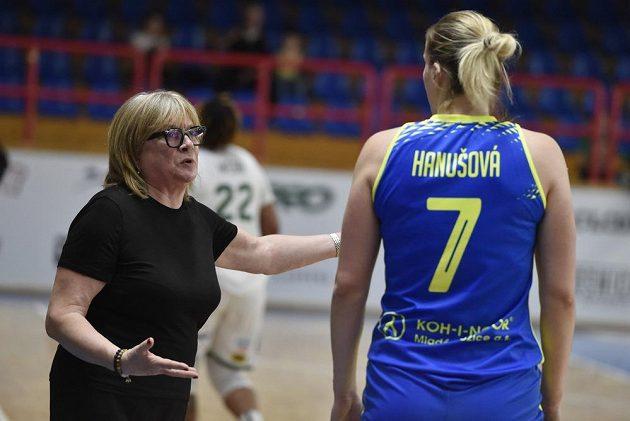 Trenérka basketbalistek USK Praha Natália Hejková (vlevo) hovoří s hráčkou Alenou Hanušovou během finálového utkání s Žabinami Brno.