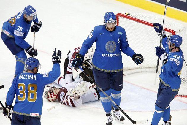 Hokejisté Kazachstánu slaví trefu Nikolaje Antropova (uprostřed) v souboji s Lotyšskem.