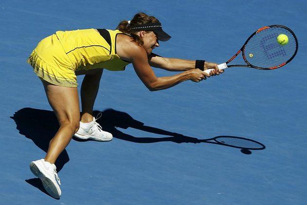 Těžký úder zahrává Barbora Strýcová během osmifinálového zápasu na Australian Open.