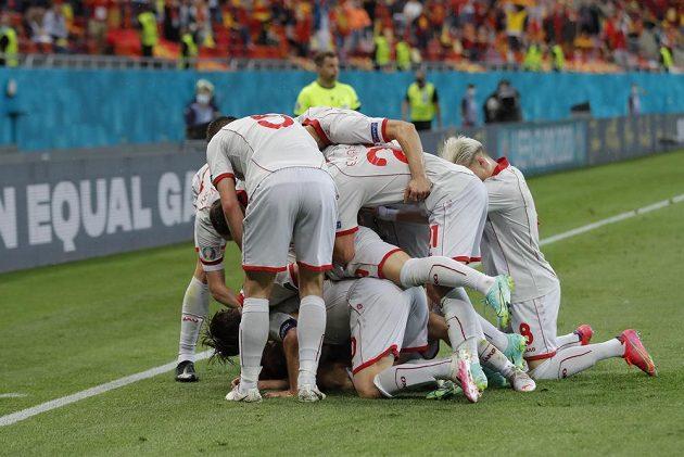 Radost v podání fotbalistů Severní Makedonie poté, co Goran Panděv překonal brankáře Rakouska na EURO.