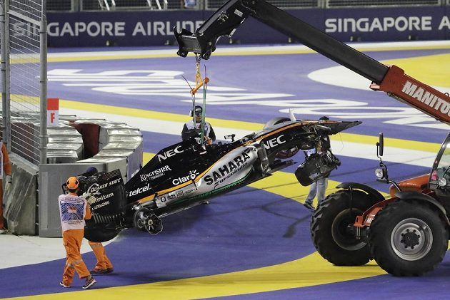 Jeřáb odklízí z trati Velké ceny Singapuru poničený vůz Nica Hülkenberga.
