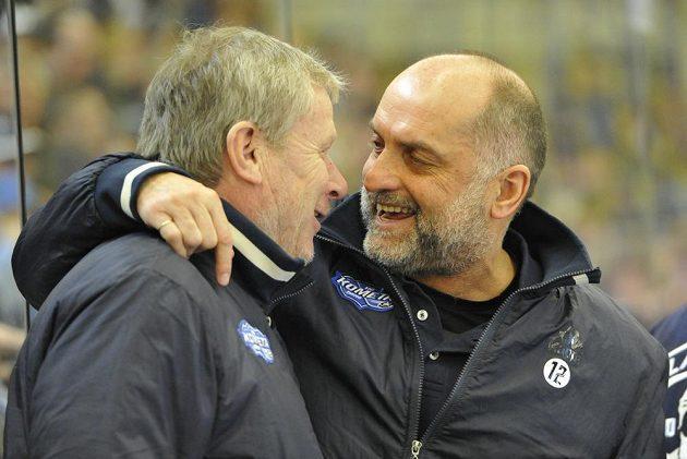 Zleva vedoucí brněnského týmu Ota Železný (vlevo) slaví s trenérem Vladimírem Kýhosem postup Komety do semifinále play off extraligy.