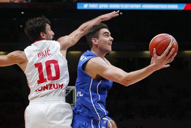 Český basketbalista Tomáš Satoranský v duelu proti Chorvatsku.