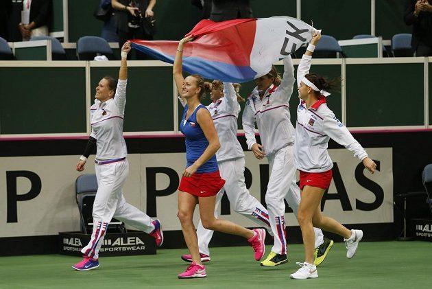 České tenistky si užívají vítězné kolečko před fanoušky v O2 areně.