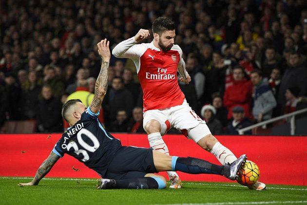 Útočník Arsenalu Olivier Giroud (vpravo) v souboji s Nicolasem Otamendim z Manchesteru City.