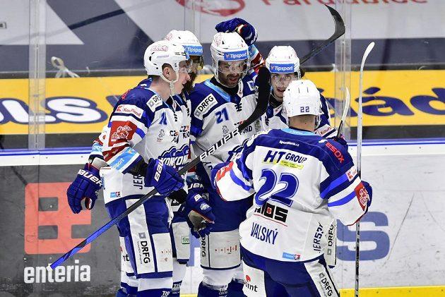 Hráči Brna se radují z úvodního gólu Jakuba Klepiše (uprostřed).