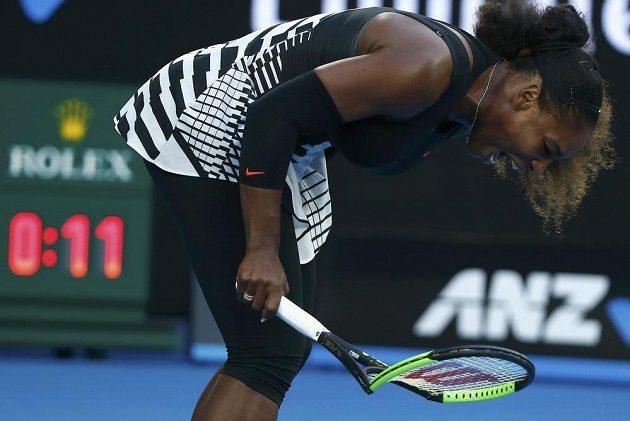 Serena Williamsová během finále rozlámala raketu.