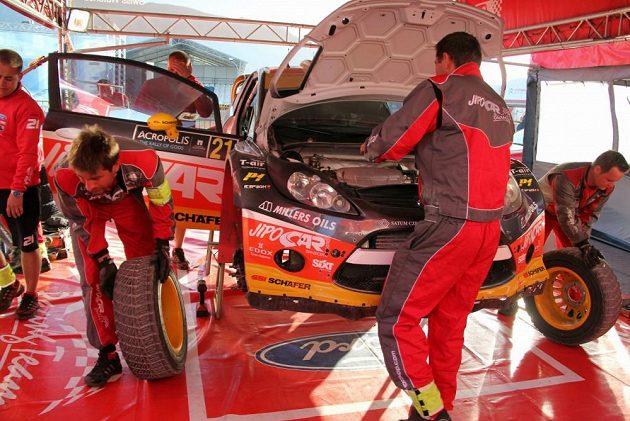 Ford Fiesta WRC Martina Prokopa v servisní zóně při Rallye Akropolis.