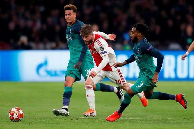 Lasse Schöne z Ajaxu bojuje s přesilou hráčů Tottenhamu, Dannym Rosem (vpravo) a Dele Allim.