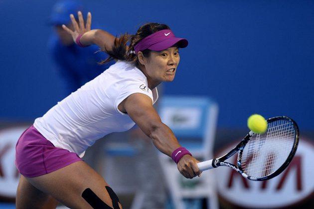 Číňanka Li Na odvrací míček při finále Australian Open proti Slovence Cibulkové.
