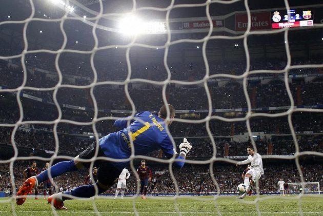 Cristiano Ronaldo z Realu Madrid proměňuje pokutový kop proti Barceloně.