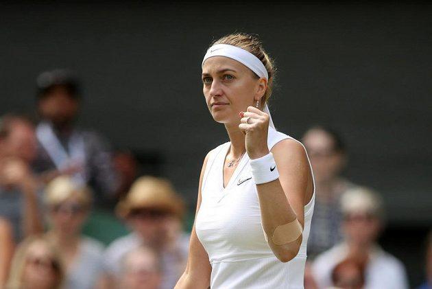 Česká tenistka Petra Kvitová v akci během osmifinále Wimbledonu.