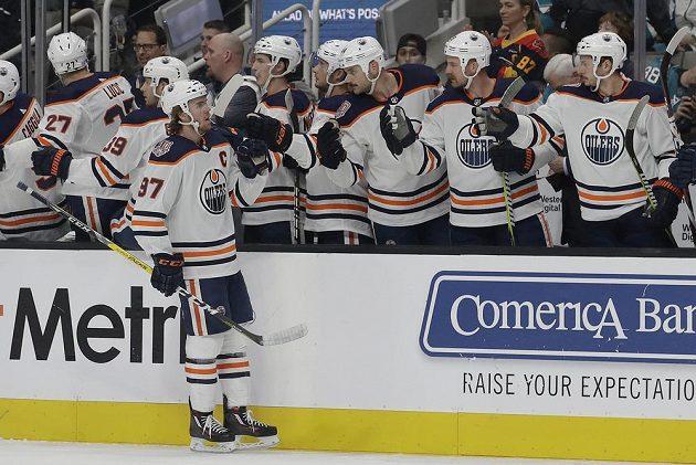 Útočník Edmontonu Oilers Connor McDavid (97) slaví se spoluhráči gól v síti San Jose Sharks.