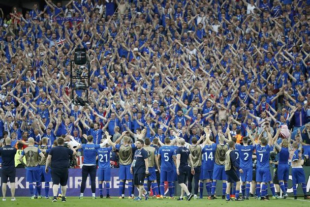 Vyprodaný stadión Saint-Denis slavil islandský postup.