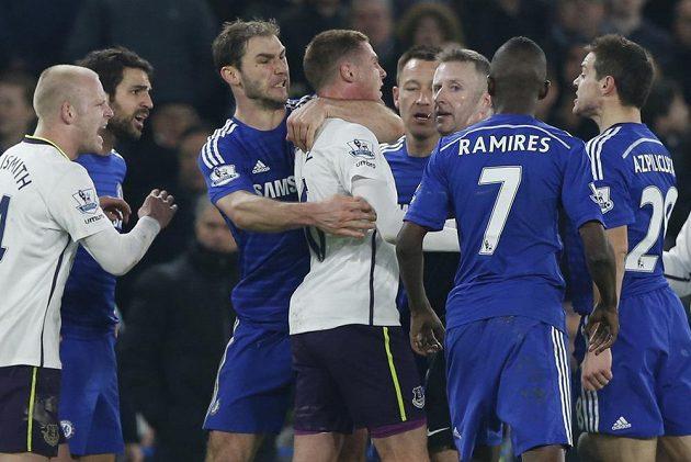 Branislav Ivanovič z Chelsea (třetí zleva) drží pod krkem Jamese McCarthyho z Evertonu.
