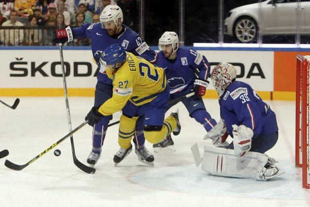 Švédský hokejista Jimmie Ericsson (uprostřed) se prodírá přes dvojici Francouzů Loice Lamperiera (vlevo) a brankáře Cristobala Hueta během utkání na MS v Praze.
