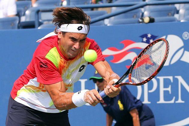 Úsilí Davida Ferrera v souboji s Gillesem Simonem na US Open.