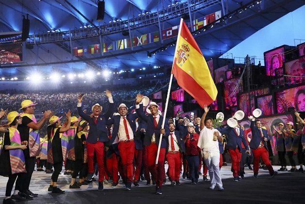 Španělská výprava na stadiónu Maracaná, vlajkonošem je Rafael Nadal.