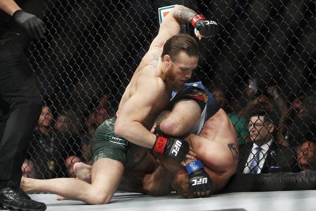 Conor McGregor (vlevo) trefuje svého soupeře Donalda Cerroneho v zápase organizace UFC.
