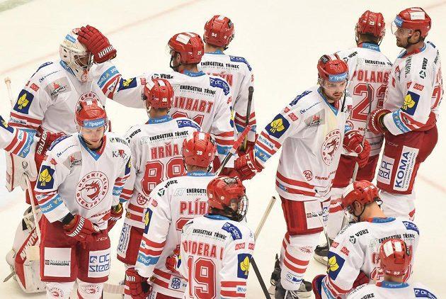 Třinečtí hokejisté slaví vítězství nad Vítkovicemi.
