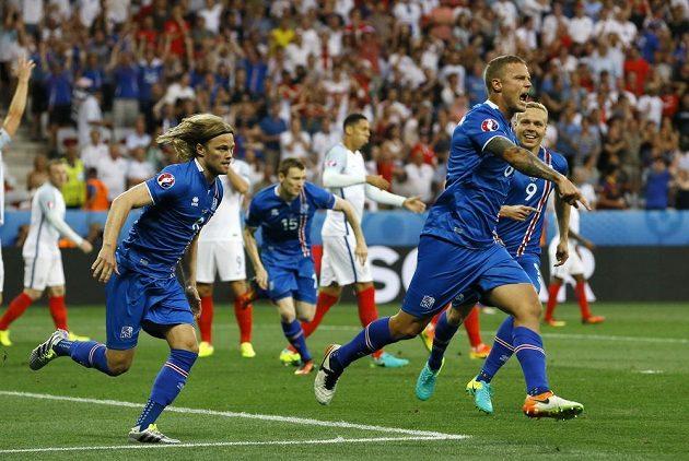 Islanďan Ragnar Sigurdsson se raduje z vyrovnávacího gólu proti Anglii v osmifinále ME.
