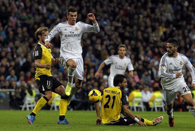 Gareth Bale (druhý zleva) a Francisco Alarcon Isco (vpravo) z Realu procházejí obranou Sevilly.