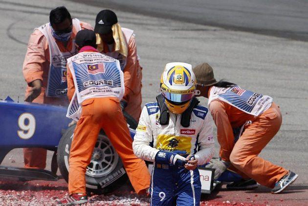 Marcus Ericsson, pilot Sauberu, odchází od svého monopostu po fatálním střetu, který pro něj ukončil GP Malajsie.