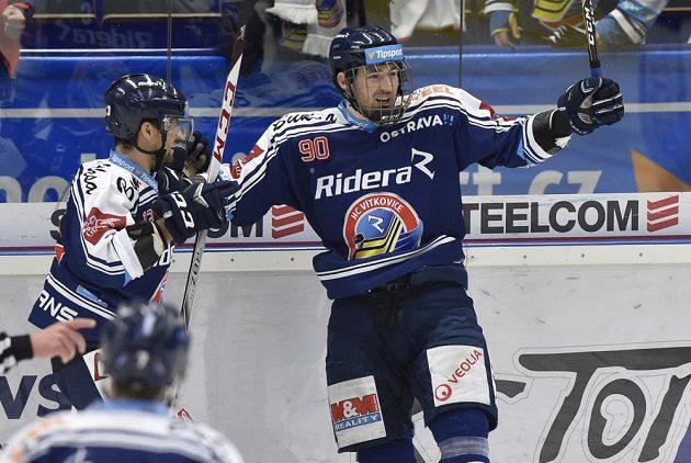 Vítkovičtí hokejisté Marek Hrbas a Jakub Lev se radují z gólu v brněnské síti během druhého utkání čtvrtfinále play off.