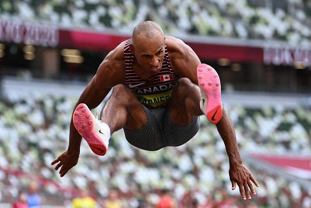 Kanadský favorit olympijského desetiboje Damian Warner v dálce ještě svůj náskok navýšil.