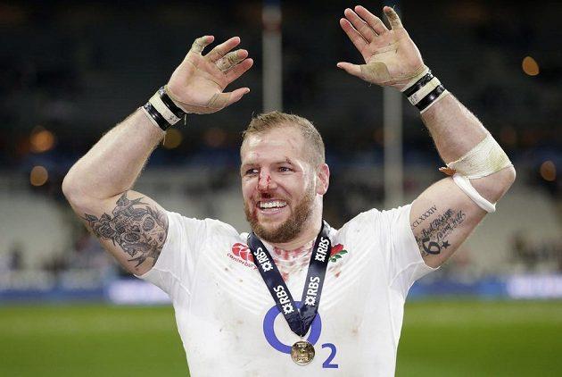 Krev, svaly, medaile... James Haskell slaví titul.