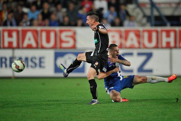 Liberecký záložník Michal Obročník (vpravo) se drží za rameno po souboji se záložníkem Plzně Milanem Petrželou.