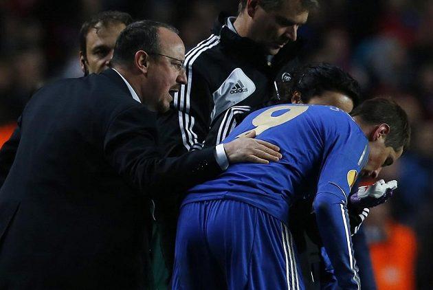 Trenér fotbalistů Chelsea Rafael Benítez (vlevo) povzbuzuje v odvetném osmifinálovém utkání Evropské ligy ošetřovaného Fernanda Torrese.