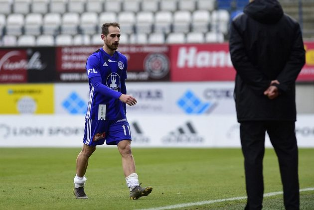 Vyloučený olomoucký fotbalista Pablo González odchází do šatny.