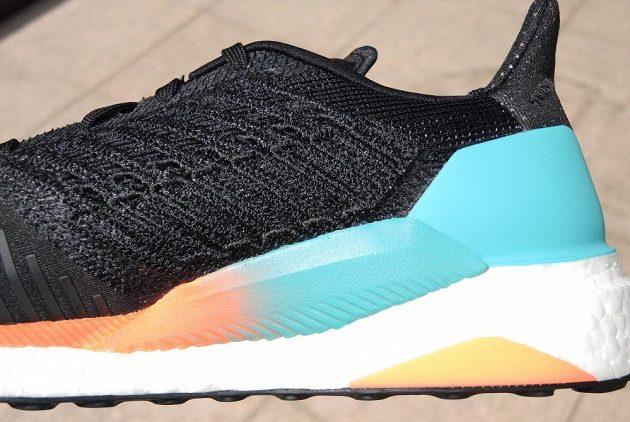 Běžecké boty Adidas Solar Boost - pohled na patu zboku.