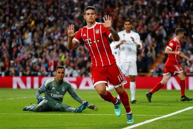 James Rodríguez z Bayernu dává vyrovnávací gól proti Realu.