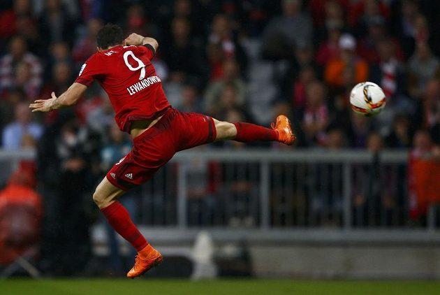 Robert Lewandowski v akrobatické pozici během zápasu s Wolfsburgem.