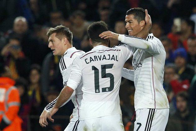 Cristiano Ronaldo (vpravo) se raduje z gólu.