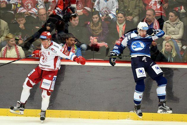 Třinecký útočník Martin Adamský (vlevo) a David Němeček z Plzně v zápase 15. kola hokejové Tipsport extraligy.