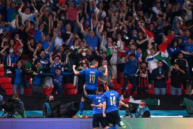 Italská radost po vyrovnávacím gólu Leonarda Bonucciho.