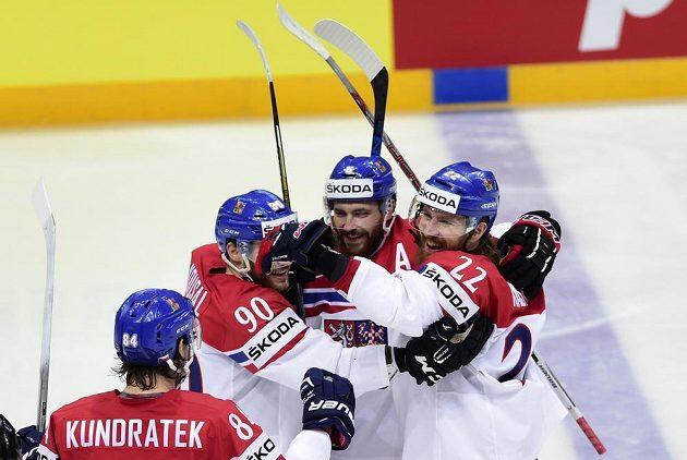 Zleva Tomáš Kundrátek, Robert Kousal, Michal Kempný a Lukáš Kašpar se radují ze čtvrtého českého gólu.