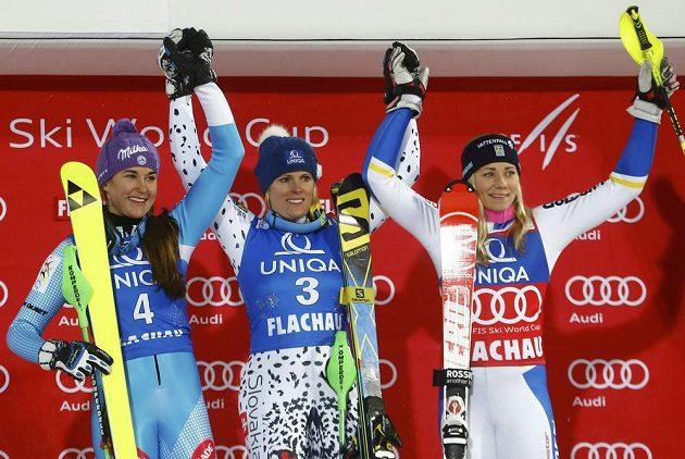 Tři nejlepší slalomářky z Flachau: (zleva) druhá Šárka Strachová, vítězka Veronika Velez-Zuzulová ze Slovenska a bronzová Švédka Frida Hansdotterová.