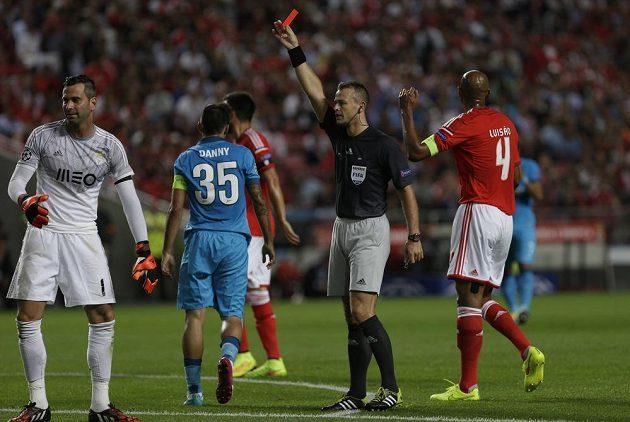 Brankář benfiky Artur Moraes (vlevo) vidí červenou kartu, kterou mu v zápase se Zenitem Petrohrad udělil norský sudí Svein Oddvar Moen.